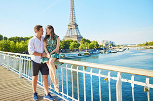 vacations-paris-honeymoon-couple